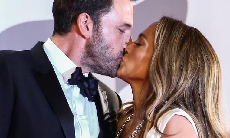 Το παθιασμένο φιλί JLo-Ben Affleck στο Met Gala 2021: Ο έρωτας δεν κολλάει στις μάσκες (photos)