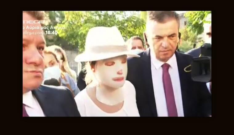 Επίθεση με βιτριόλι: Συγκλονιστική εικόνα - Η πρώτη εμφάνιση της Ιωάννας στα δικαστήρια