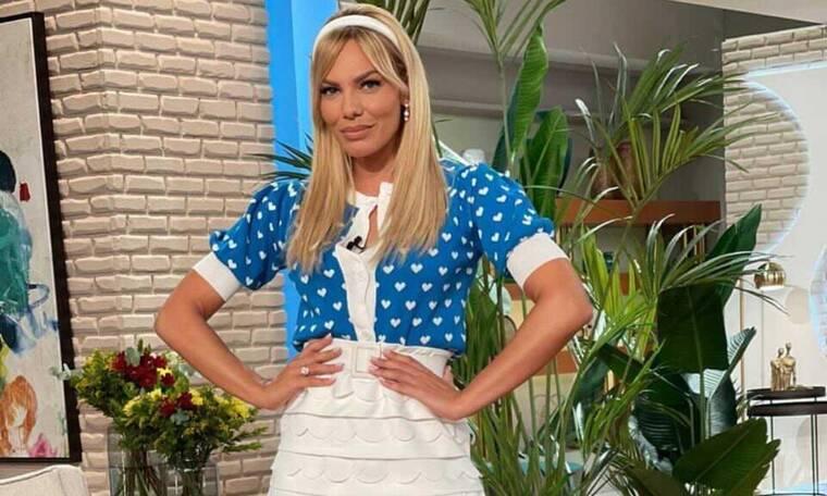Η Ιωάννα Μαλέσκου με λευκή μίνι φούστα και σούπερ γυμνασμένα πόδια (photos)