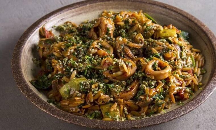 Κριθαρότο με καλαμαράκια και σπανάκι από τον Άκη Πετρετζίκη