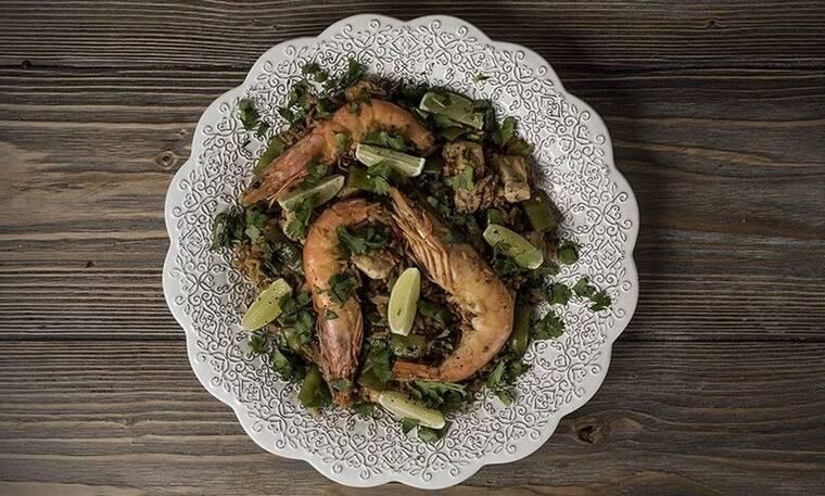 Τηγανητό ρύζι με κοτόπουλο και γαρίδες από τον Άκη Πετρετζίκη