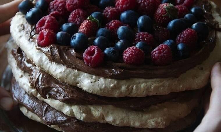 Πεντανόστιμη πάβλοβα σοκολάτας με φρούτα από τον Άκη Πετρετζίκη