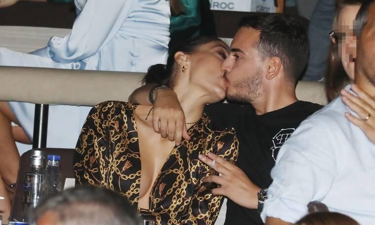 Iωαννίδου – Φάις: «Καυτά» φιλιά για το ερωτευμένο ζευγάρι στα μπουζούκια