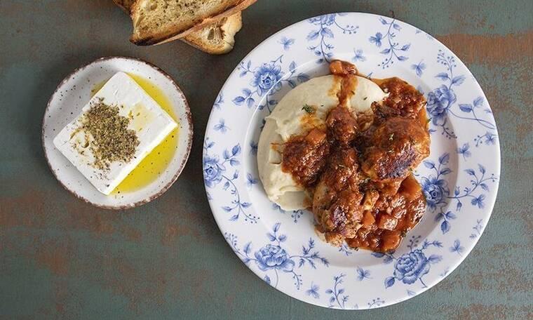 Κοτόπουλο κοκκινιστό με συνταγή του Άκη Πετρετζίκη!