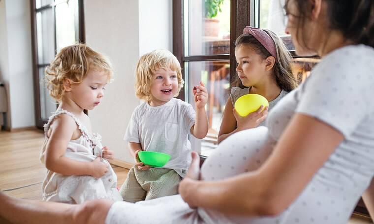 Γιατί δεν πρέπει να μοιράζεστε φαγητό με το νήπιο παιδί σας αν είστε έγκυος