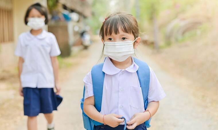 Κορονοϊός- Κίνα: Έξυπνα βραχιολάκια καταγράφουν τη θερμοκρασία των μαθητών