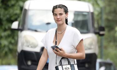 Χριστίνα Μπόμπα: Με ολόσωμη λευκή φόρμα και χτένισμα που θα ζηλέψεις για βόλτα στο Κολωνάκι