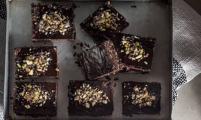 Ωμοφαγικά brownies από τον Άκη Πετρετζίκη!