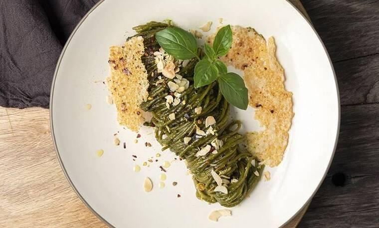 Σπαγγέτι από σπανάκι με πέστο χαρουπιού από τον Άκη Πετρετζίκη