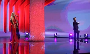 J2US: Πηγή Δεβετζή: Η αφιέρωση πίσω από το τραγούδι που ερμήνευσε στο πλατό του σόου!