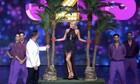 J2US: Η Καινούργιου έκανε την εντυπωσιακή εμφάνισή της στη σκηνή του σόου... δεμένη! (video)